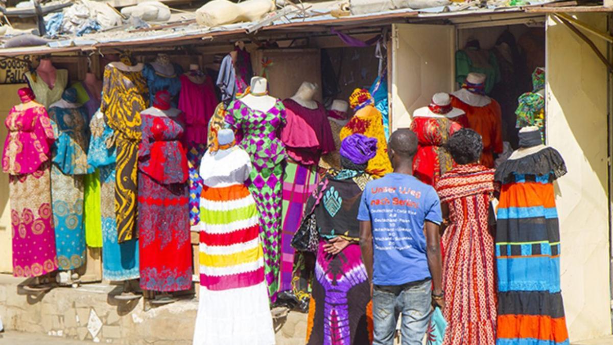 mercato vestiti in vendita